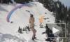 Парашютист - лыжник чуть не сбил девушку в бикини
