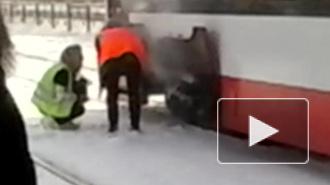 В Петербурге пассажиры помогали чинить дымящийся трамвай