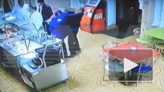 В Черкесске мужчина попытался перерезать горло помощнику прокурора в кафе