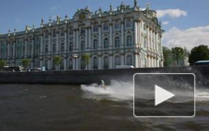 Петербуржцы были шокированы неожиданным шоу гидроциклистов перед Эрмитажем