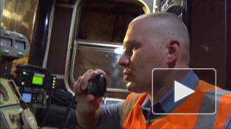 Упавшего на рельсы в московском метро мужчину с трудом извлекли спасатели