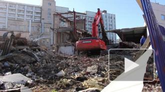 """Около станции метро """"Приморская"""" сносят трехэтажный торговый комплекс"""