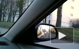 Машины едут по тротуару