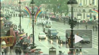 Дождь не спугнул участников и зрителей Петербургского карнавала