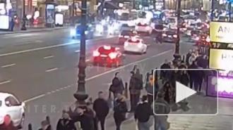 На Невском проспекте легковушка сбила пешехода: видео