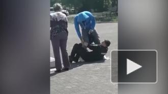 В Магнитогорске между нарушителем масочного режима и полицейскими с дубинками произошла драка