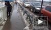 В Мурино потоп охватил пешеходный мост: люди лезут по перилам как обезьяны