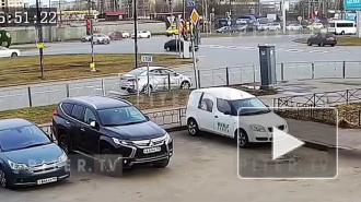 На видео попал момент ДТП на перекрёстке Витебского и Орджоникидзе