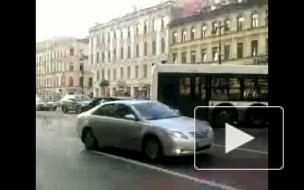 На Невском столкнулись рейсовый  автобус и иномарка