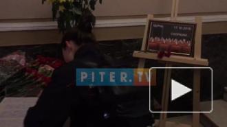 Петербуржцы продолжают нести цветы к Дому национальностей в связи с трагедией в Керчи