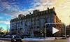 Рабочие с кувалдами разбирают фасад дома 1901 года на Зверинской