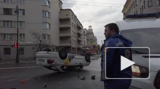 На пересечении Каменноостровского и Профессора Попова перевернулось такси и упал светофор