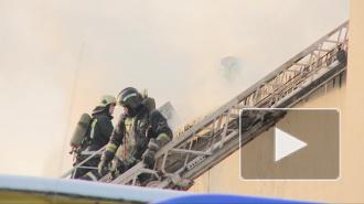 Жуткий пожар на складе перекинулся на соседние здания