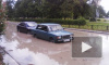 На Пражской улице забил гейзер из воды и грязи, проезжая часть затоплена